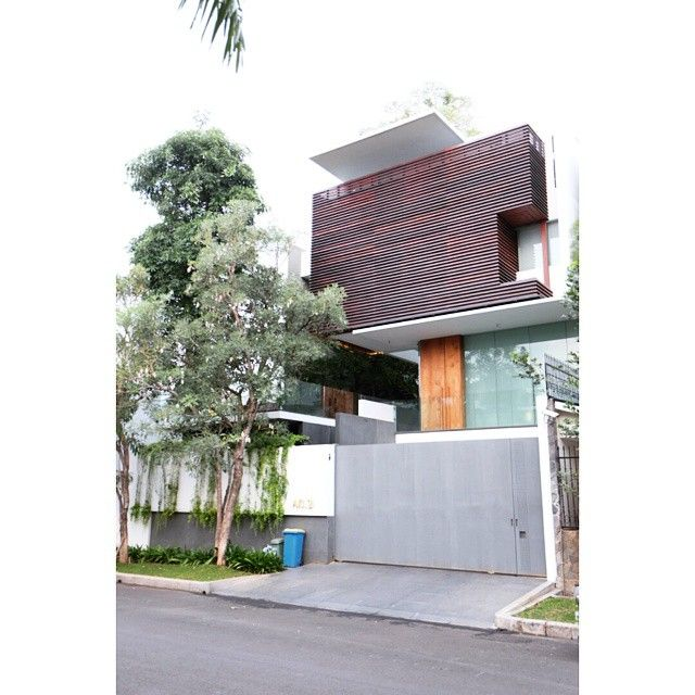 Everybody loves modern tropical design houses.  #indonesia #jakarta #house #design #architecture #architect #tropical #style #modern #minimalist #permatabuana #rumah #idea #inspiration #sharing
