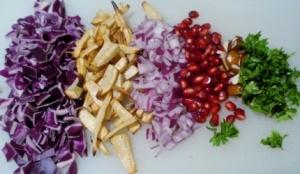 Rødkålssalat med bagte persillerødder og kandiserede nødder | I FORM