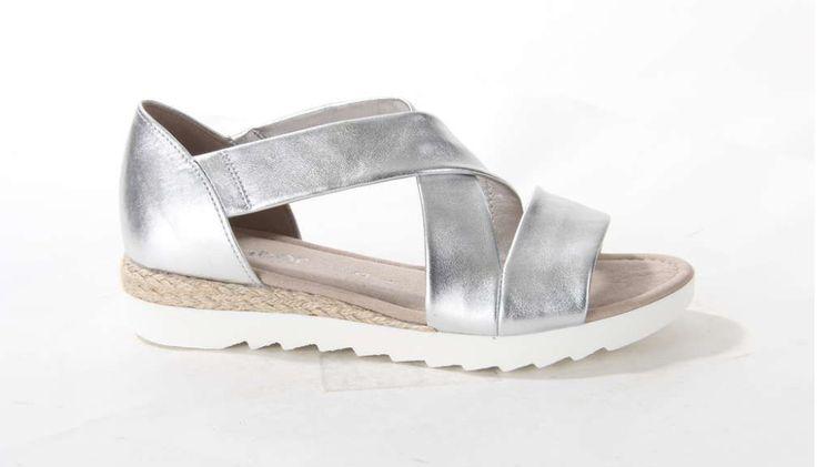 Stijlvolle zilveren metallic damessandaal van Gabor. De metallic banden zijn gemaakt van elastiek. #sandal #musthave #silver #metallic #Gabor