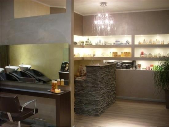 Spunto A Capo Parrucchieri Spunto' A Capo è un salone di parrucchieri per uomo e donna dove potrete farvi realizzare acconciature moderne con stili creativi ed eleganti.... Powered www.prenotaora.com