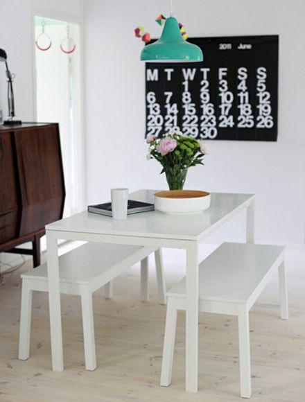 """Le Stendig Calendar version troquet, en habillage de mur au bout de la table """"de ferme"""" et de ses bancs"""