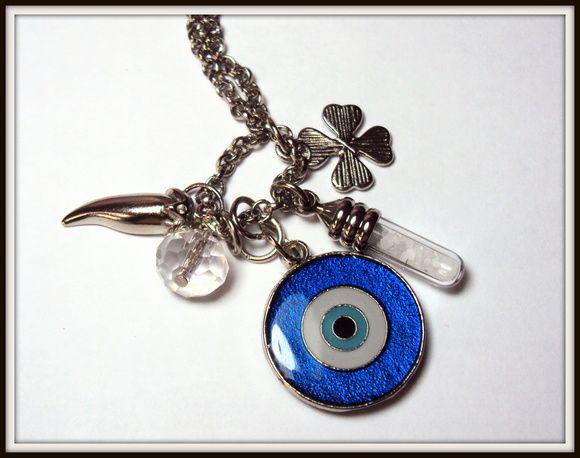 Colar delicado patuá com corrente fininha e medalha de olho grego, pimenta, vidrinho de sal grosso, trevo e cristal. R$ 36,00