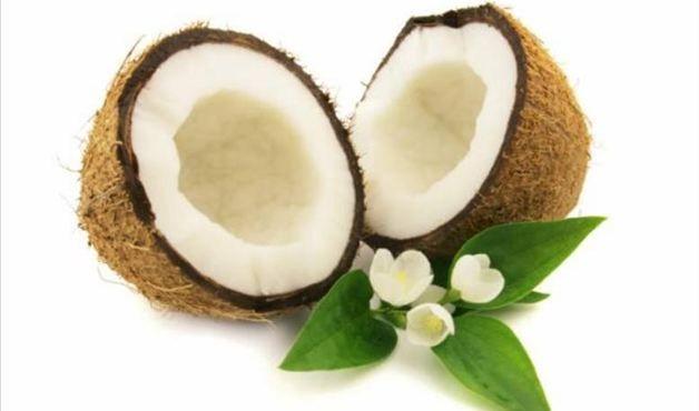 """Coco: """"Por ser rico em ácidos graxos e ácido láurico, o coco é um importante combatente de bactérias e fungos"""", explica a endocrinologista. Tais substâncias também cumprem um papel importante na nutrição das células intestinais, enriquecendo a imunidade. Por fim, a gordura do coco favorece a saciedade e reduz a inflamações, além de ser um alimento que reduz a carga glicêmica, especialmente quando combinada com outras frutas ou carboidratos."""