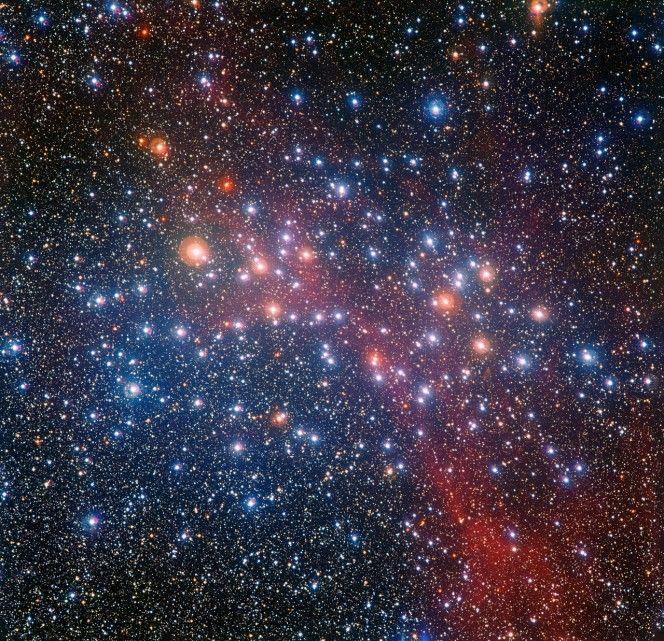 Il telescopio da 2,2 metri dell'MPG/ESO all'Osservatorio dell'ESO di La Silla in Cile ha ottenuto questa ricca e variopinta veduta del brillante ammasso stellare NGC 3532. Alcune delle sue stelle sono caldissime e blu, ma molte delle più massicce sono divenute giganti rosse e brillano di colore arancione. Crediti: ESO/G. Beccari