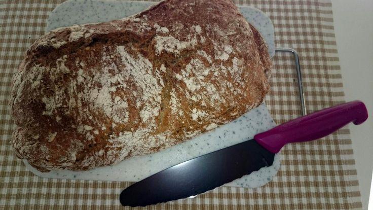 Dinkel-Körner-Brot schmeckt immer. Dieses Brot ist nicht nur frei von Farbstoffen und Konservierungsstoffen, Sie können stolz darauf sein ein Brot selbstgebacken zu haben.