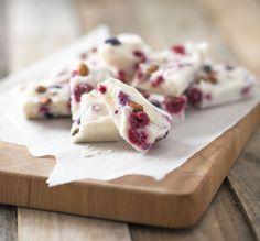 Yoghurt snack, gezond tussendoortje en verantwoord toetje. Super simpel om te maken en erg lekker! Met bosbessen, frambozen en amandelen.