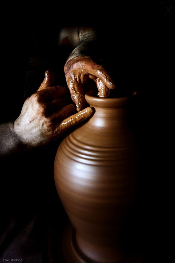 scentofimpressions: Mãos amassadas com terra por Veli Aydogdu