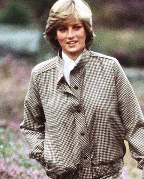 """Una mostra imperdibile ha appena aperto a Londra a #KensingtonPalace.È """"Diana: Her Fashion Story"""" un percorso visivo nella vita della principessa attraverso i suoi abiti. Da quello in velluto nero del ballo con #JohnTravolta ai pezzi creati per lei dall'amico #GianniVersace fino a questo in tweed indossato durante la luna di miele con Carlo a #Balmoral. Era il 1981 e Diana aveva solo vent'anni. Bella al naturale la ricordiamo così a vent'anni dalla scomparsa (il 31 agosto prossimo). Tutte le…"""