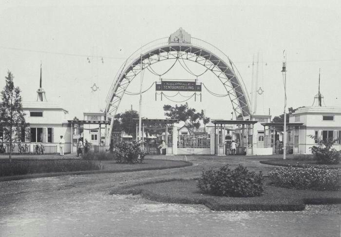 De hoofdingang van de Koloniale Tentoonstelling in Semarang. 1914