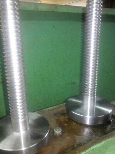 Two shafts with 6 mm pitch acme thread
