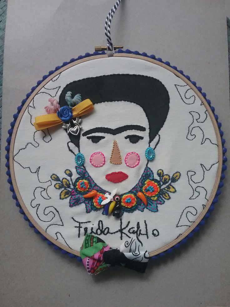 Tamborcito de bordado para colgar en la pared de Frida Kahlo pintado y bordado a mano.