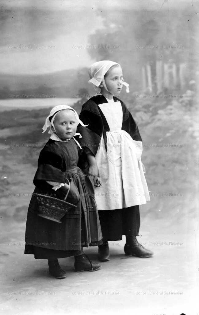 Deux fillettes en costume de la région de Douarnenez, vers 1900. Bretagne. France