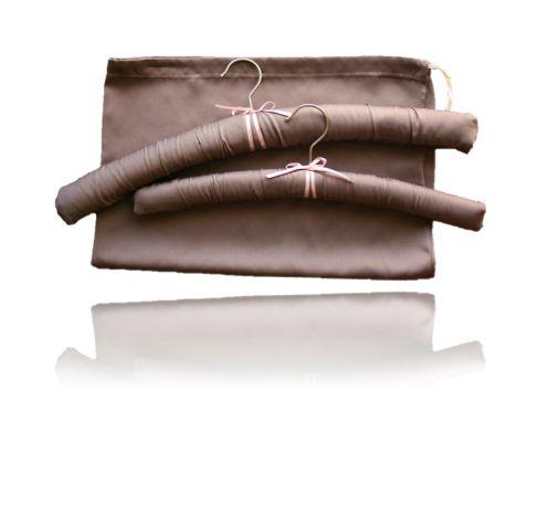 """La collection """"L'ensemble voyage"""" constitue une solution idéale pour des dames qui ont besoin de suspendre ses vêtements pendant des voyages d'affaires des déplacements. L'ensemble voyage se compose de deux cintres rembourrés en satin et un sac de linge assorti. Sac à linge satin - sac de linge satin - sac de rangement en satin - cintres rembourrés satin"""