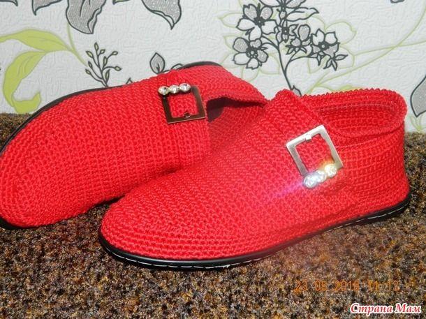Всем здравствуйте!!! Ну вот мои выходные прошли не зря, вдогонку к полусапожкам связались туфли. Вообще то были задуманы ботинки, но в процессе вязания я их сделала туфлями.