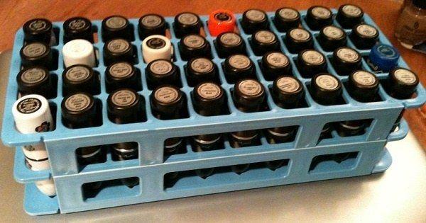Você pode colocar seus batons em um suporte para tubos de ensaio.