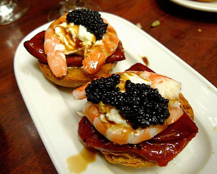 Montadito de langostinos con pimientos de piquillo, salsa de yogur y un toque de caviar ☆☆