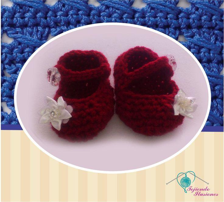 Modelo Nº 83:caperucita roja, hermosos zapatitos de bebe tejidos a gancho color rojo con detalle floral #crochet #zapatitos #bebe
