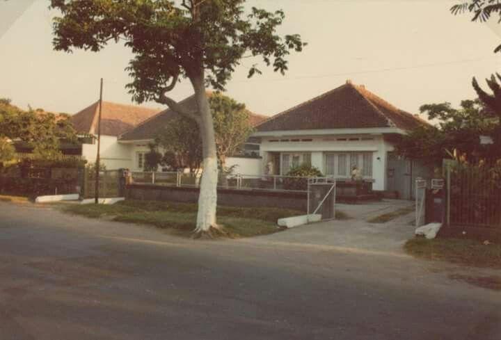 Jalan R.A. Kartini (formerly the Van Hogendorplaan), Surabaya, 1976 (Leiden University Libraries, KITLV Collection, http://colonialarchitecture.eu/obj?sq=id%3Auuid%3A615cc838-8229-41c6-aef2-0ec763d09156)