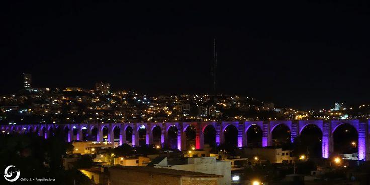 Acueducto de Querétaro, actualmente de 74 arcos que alcanzan una altura promedio de 28.50mts y una longitud de 1298.00mt., símbolo de la Ciudad de Querétaro y uno de los más imponentes de México.