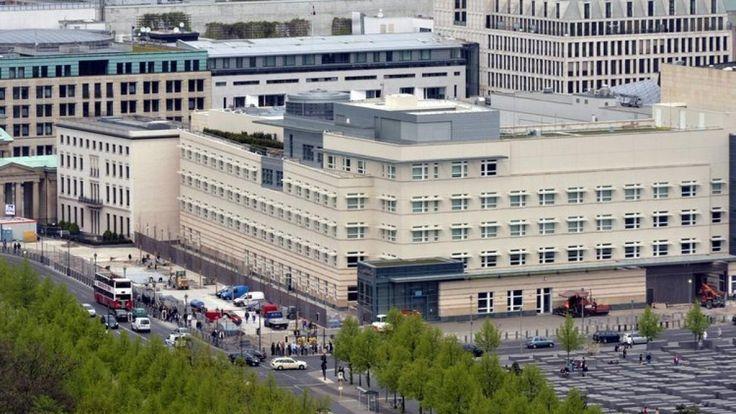 Bauen nach dem 11. September: Das Sicherheitsbedürfnis der US-Diplomaten stellte die Architekten der neuen Botschaft in Berlin vor unlösbare Aufgaben. An diesem Sonnabend wird es bezogen – das Gebäude, dass das verpollerte Gesicht Amerikas repräsentiert. Scheußlicher hat nur noch ein Land gebaut.