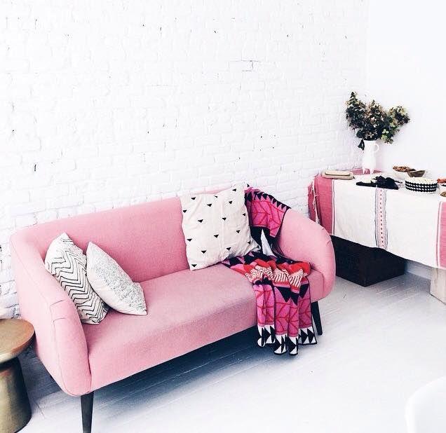Sofá retro rosa chiclete