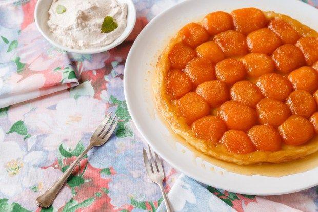 Znáte obrácený jablečný koláč? Vyzkoušejte rychlou verzi s meruňkami a listovým těstem. Skvěle se k němu hodí prostírání Monet, která nás k němu inspirovalo.
