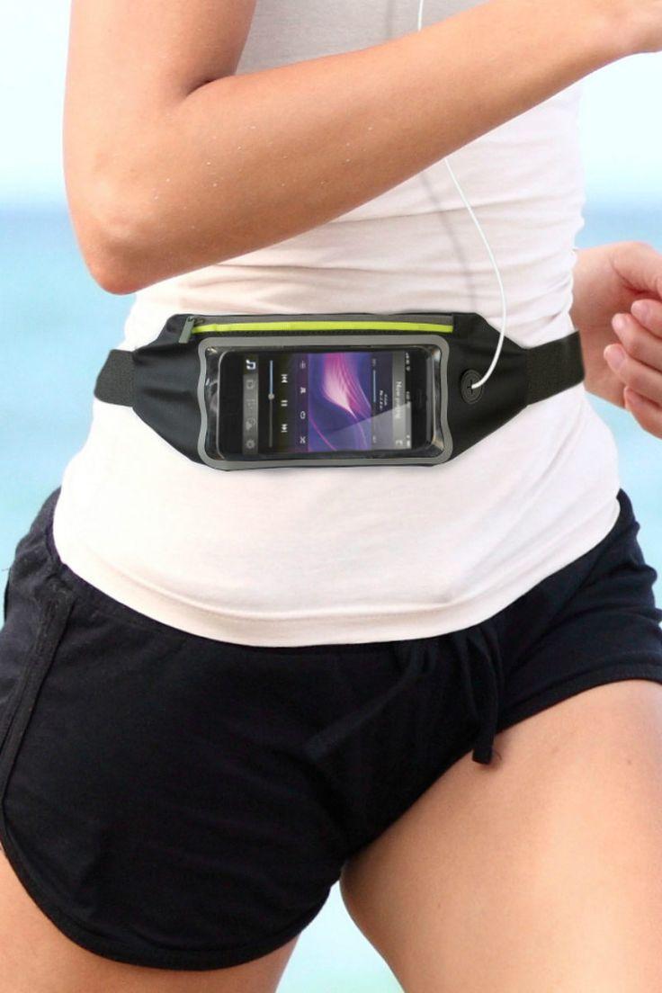 Tailletas voor smartphone met LED van Balvi. Zwart heuptasje voor het opbergen van smartphone tijdens het hardlopen. Met groene LED-verlichting en gaatje voor het snoer van oordopjes. Sluit met een handige klip en de band is verstelbaar. Spatwaterdicht. Ruimte voor huissleutel. Materiaal: PVC.