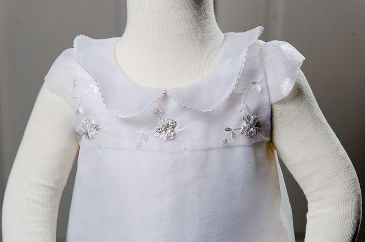 Slavnostní šatičky Pro malou slečnu, na svatbu... Z bílé matné organzy, krajky a tylu. Šaty jsou trojvrsvé, organzový límeček lemován hadinkou, vzadu na skrytý zip. Velikost 86, možno ušít i jinou velikost.