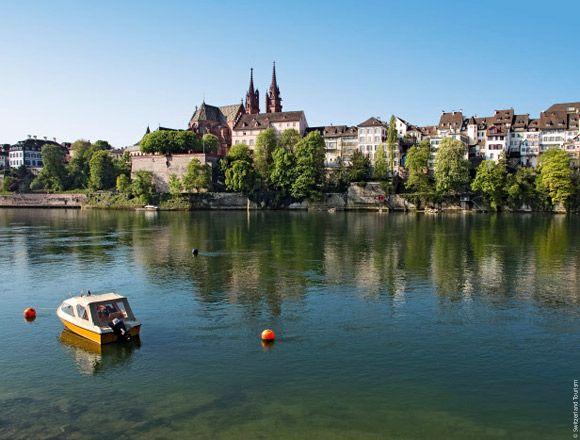 Le rhin à Bâle, avec la cathédrale Muster en arriere-plan, Suisse