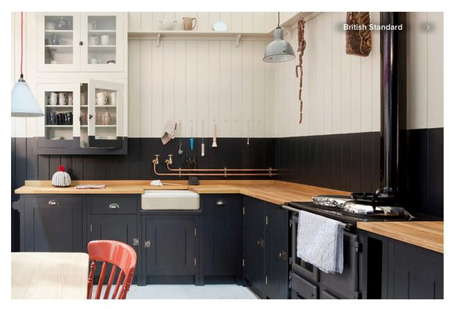 Bicolor black and white walls + oak counters.
