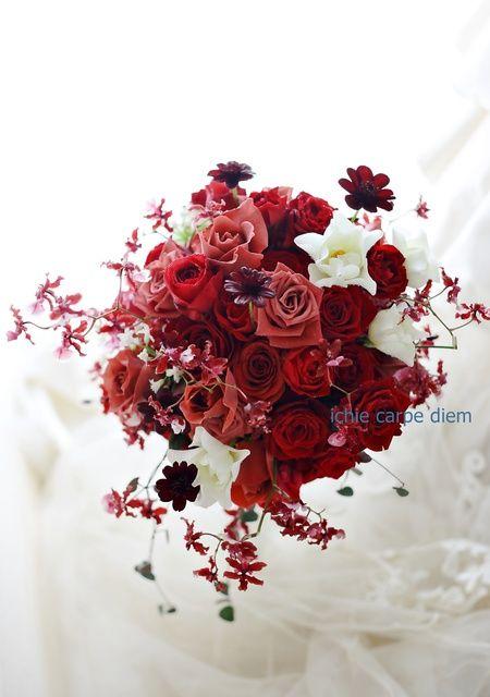 くすんだ赤のバラは「ブラックティ」、 アクセントにいれたのは、チョコレートコスモス。 白いバラはウェディングドレスです。 香り高い蘭のシ...