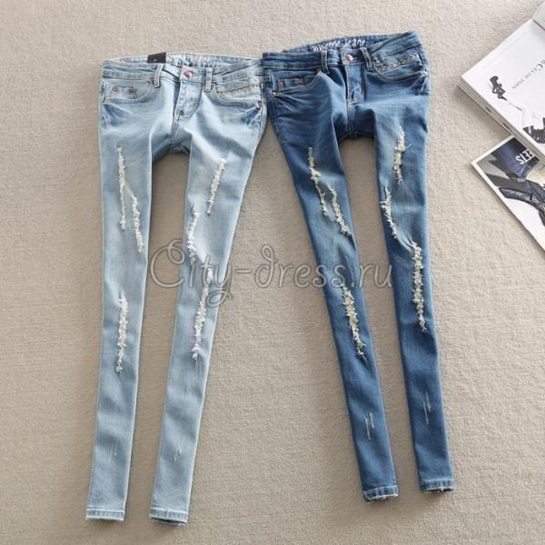 Светло голубые рваные джинсы
