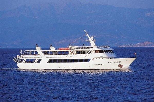 Μανταλένα. Το «Μανταλένα» είναι ένα πολυτελές πλοίο με μεγάλα σαλόνια και άνετα ανοιχτά καταστρώματα, ιδανικό για ημερήσιες κρουαζιέρες μεγάλων γκρουπ καθώς