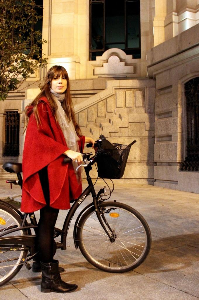 Alejandra, diseñadora,  se sube a esta bici de paseo evocando un mundo de contrastes: por un lado el  cuento y el romanticismo que le aportan la capa roja y el  foulard en tonos pastel, y por otro el aire más duro y rockero de las botas de hebilla y los  leggins negros. ¿Quién dijo que las bicis están reñidas con el estilo?  Más en http://thesmartride.wordpress.com/