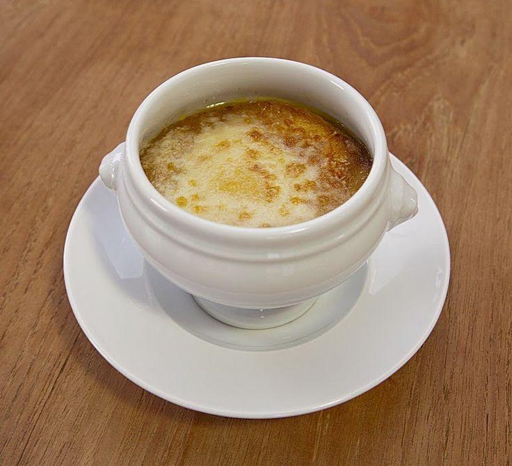 Знаменитый французский луковый суп. Настоящий, традиционный французский рецепт с сыром и белым вином. Изысканно-вкусно и просто. Просто любовь по-французски!