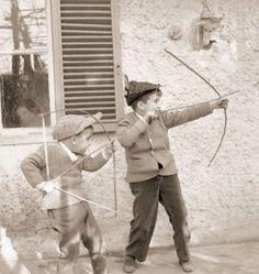 Il Gioco con l'arco e le frecce, fatti con le aste di legno e spago oppure in metallo, ricavate dagli ombrelli rotti.