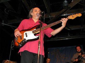 PABLO LECAROS. Uno de los bajistas más conocidos de Chile, si no el más renombrado, es además contrabajista, compositor y arreglador.  Más del maestro http://www.emoderna.cl/2013-08-27-17-23-16/pablo-lecaros