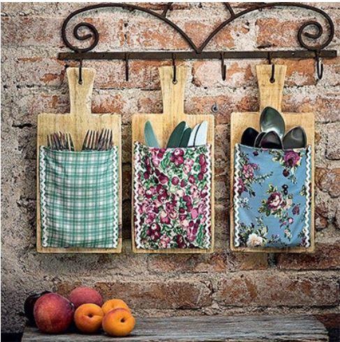 Conexão Décor porta-talheres com tábuas de carne para ideias criativas e charmosas para a cozinha http://conexaodecor.com/2017/10/16-ideias-criativas-e-charmosas-para-cozinha-que-voce-pode-fazer/