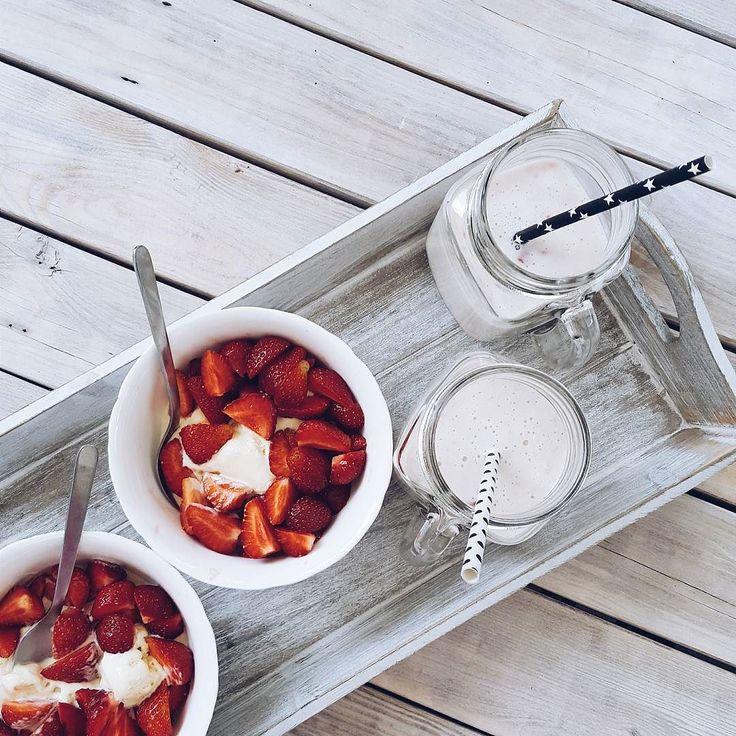 Słodka przekąska dla moich smyków: lody z truskawkami i koktajl bananowy #dzieńkobiet #mniam