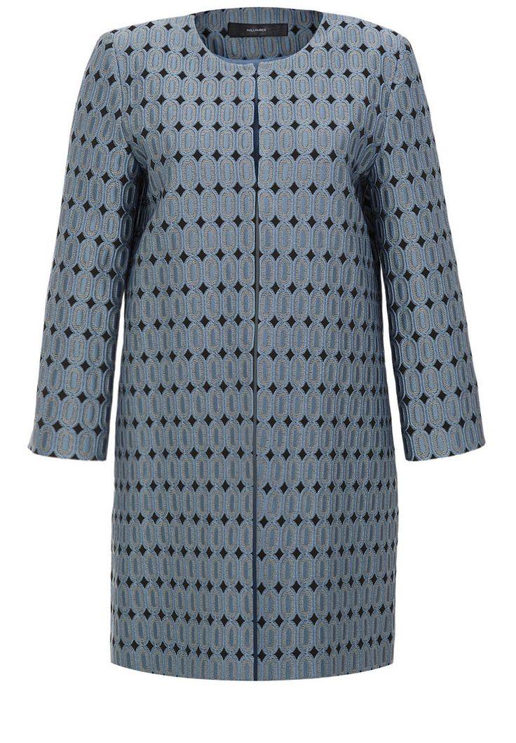 Jacquard-Mantel    Ein Hallhuber Mantel, zwei Trends: Dieser Indoor Mantel kommt mit angesagt puristischer O-Silhouette und stylischer Jacquard-Musterung! Kragenlos mit Rundhalsausschnitt und Dreiviertelärmeln in Raglanform lässt sich der Jacquard-Mantel ganz charmant zu den passenden Hallhuber Shorts kombinieren. Ein kaum sichtbarer Häkchen-Ösen-Verschluss rundet den eleganten Look perfekt ab....