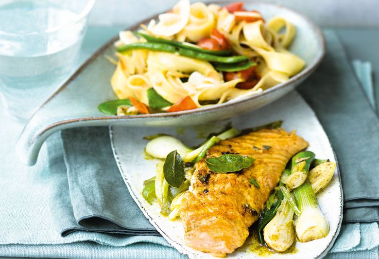Curry-Lachs mit gebratenem Lauch und Gemüsenudeln