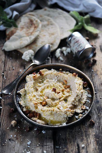 Houmous au chou-fleur aux noisettes et au zaatar et les pains pita qui vont avec !