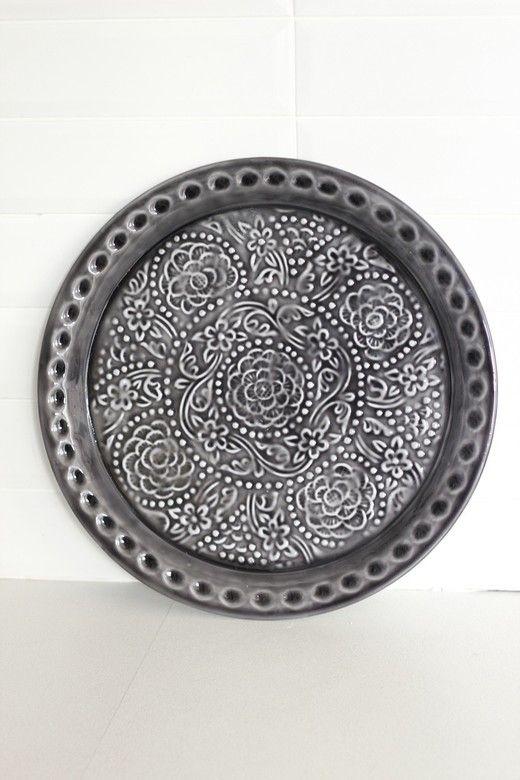 Черное металлическое блюдо-поднос с рельефным рисунком www.thekomillfocollection.ru