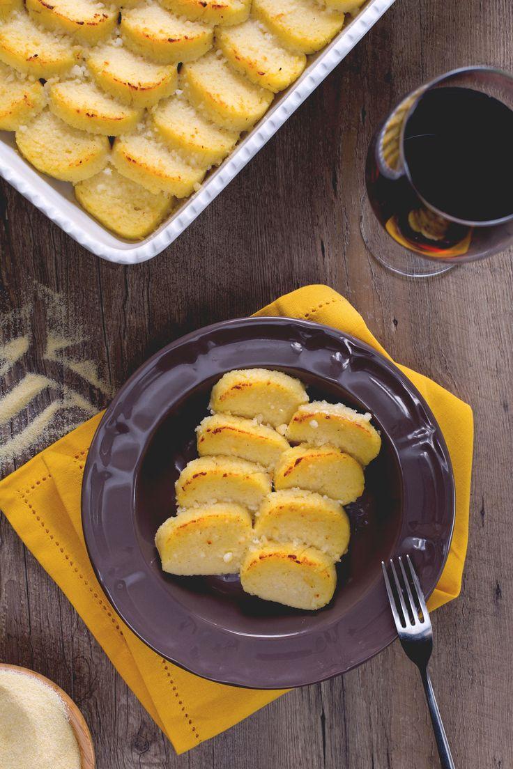 Gli gnocchi alla romana sono succulenti dischi di semolino caratterizzati da una dorata crosticina, resa così fragrante grazie all'aggiunta di burro e pecorino! #Giallozafferano #gnocchiallaromana #gnocchi #ricetteregionali #recipe