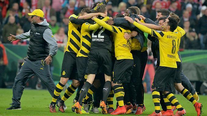 DFB-Pokal , Halbfinale: In der Allianz-Arena jubelt die Mannschaft von Borussia Dortmund nach dem Sieg im Elfmeterschießen gegen den FC Bayern.