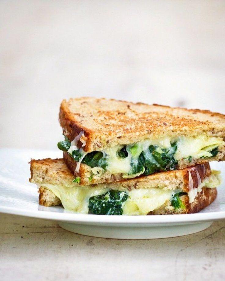 Epinard, artichaut et fromage.  Prenez du pain (blanc ou complet), puis ajoutez de l'artichaut cuit, des feuilles d'épinard et du fromage.