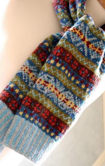 Volledig hand-knit, deze sjaal is meer van een korte demper waarvan ik denk dat zou ziet er geweldig op de kerels evenals de meisjes.  Ik gebruikte ook met een knipoog naar de traditionele fair isle kleuren van rood, geel en blauw, grijs kasjmier, diep roest oranje, donker bruin, olijfgroen en lichtblauw. Ik ging met natuurlijke vezels - Rowan kasjmier en Schotse Tweed wol, en sommige van het bereik van Rennie de Lamsvacht mengsels.  De sjaal zou kijken grote terloops gedrapeerd rond de nek…