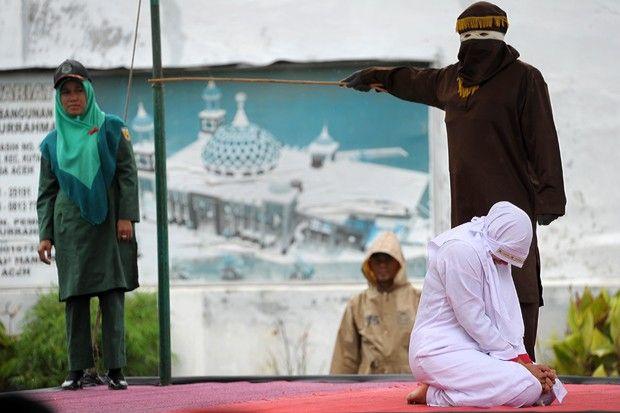 Islamistas,sempre tão pacíficos...jovem foi punida nesta segunda-feira (17) a 23 chibatadas porque foi vista muito próxima de seu namorado em Banda Aceh