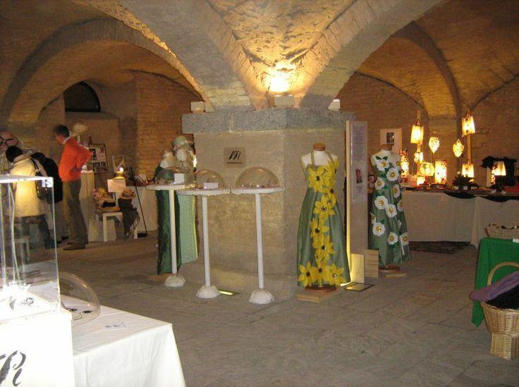 L'interno delle scuderie in cui si tiene la Mostra. Per tre giorni: esposizione di Arte e Artigianato Artistico, esposizione floreale, dimostrazioni tecniche artigianali, visite guidate al Castello Visconteo