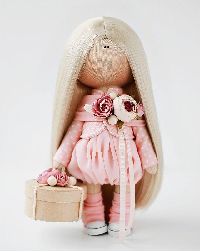 Девочка на мк 11 сентября🌹Продается! Так же, в наличии есть такие наборы. Цвет парика на ваш выбор: блондин, шатен и медно-рыжий. В набор входят: руки, ноги, голова и тело - отшиты и уже набиты. Ткани для одежды, трикотаж для обтяжки головы, кеды, коробочка, парик, ленты и цветы, пуговицы для пришивания ног. Вам понадобятся: иголки, нитки, швейная машинка, клей-пистолет. Напоминаю стописятый раз - наборы рассчитаны на девочек, присутсвовавших на моих мк. Или на тех, кто в курсе дела и…